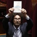Danilo Toninelli mostra una scheda con scritto ''onestà'' durante la seduta comune del Parlamento per l'elezione di due giudici della Corte Costituzionale alla Camera, Roma, 30 settembre 2014. ANSA/GIUSEPPE LAMI