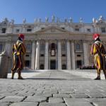 L'Osservatore Romano/LaPresse 25-12-2011 Città del Vaticano varie S.S. Benedetto XVI - Messaggio Natalizio e Benedizione Urbi et Orbi Nella foto: le Guardie Svizzere durante la Santa Messa di Natale