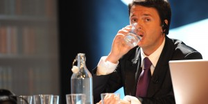 Il sindaco di Firenze Matteo Renzi beve un bicchiere d'acqua alla convention dei rottamatori ''Big Bang'' alla stazione Leopolda, Firenze, 28 ottobre 2011. ANSA / CARLO FERRARO